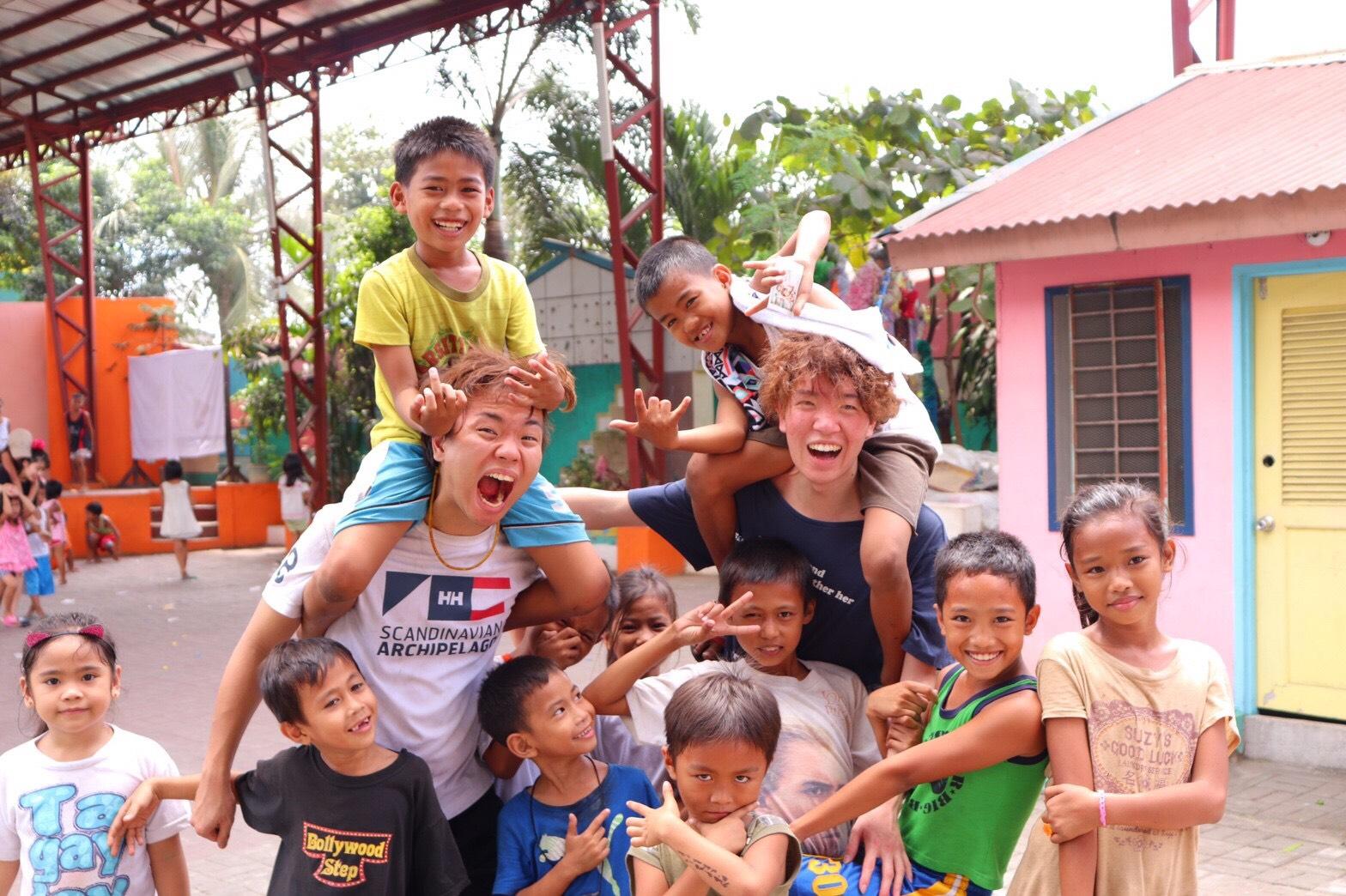 フィリピンのスラム街で食糧支援のボランティアに参加した写真