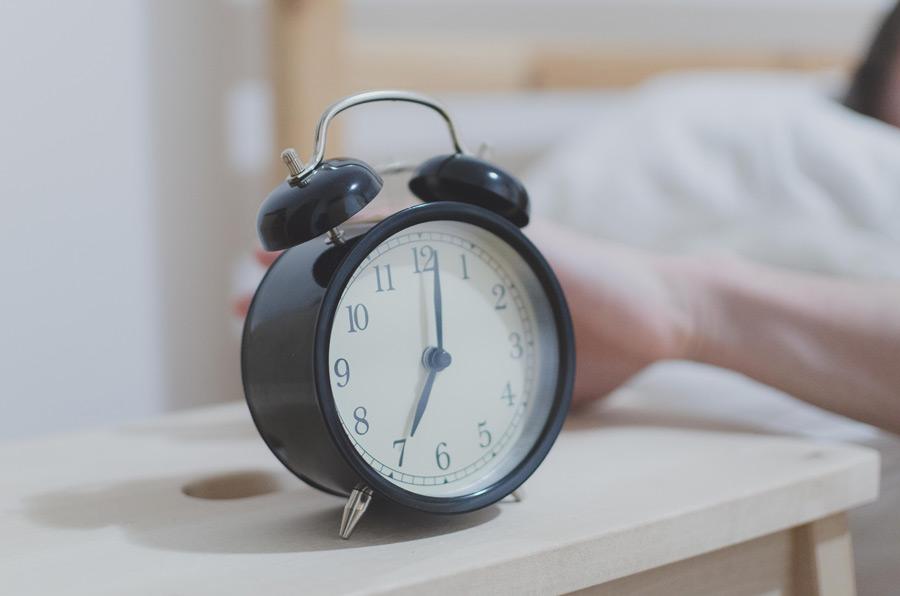 目覚まし時計を設定する