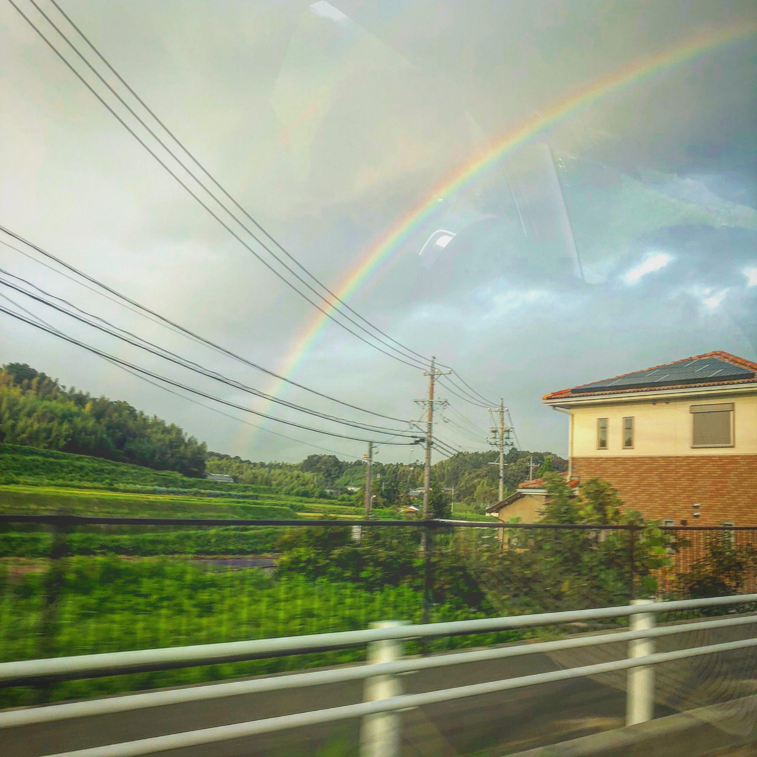 朝早く日本を出国する日に車の窓から見えた虹