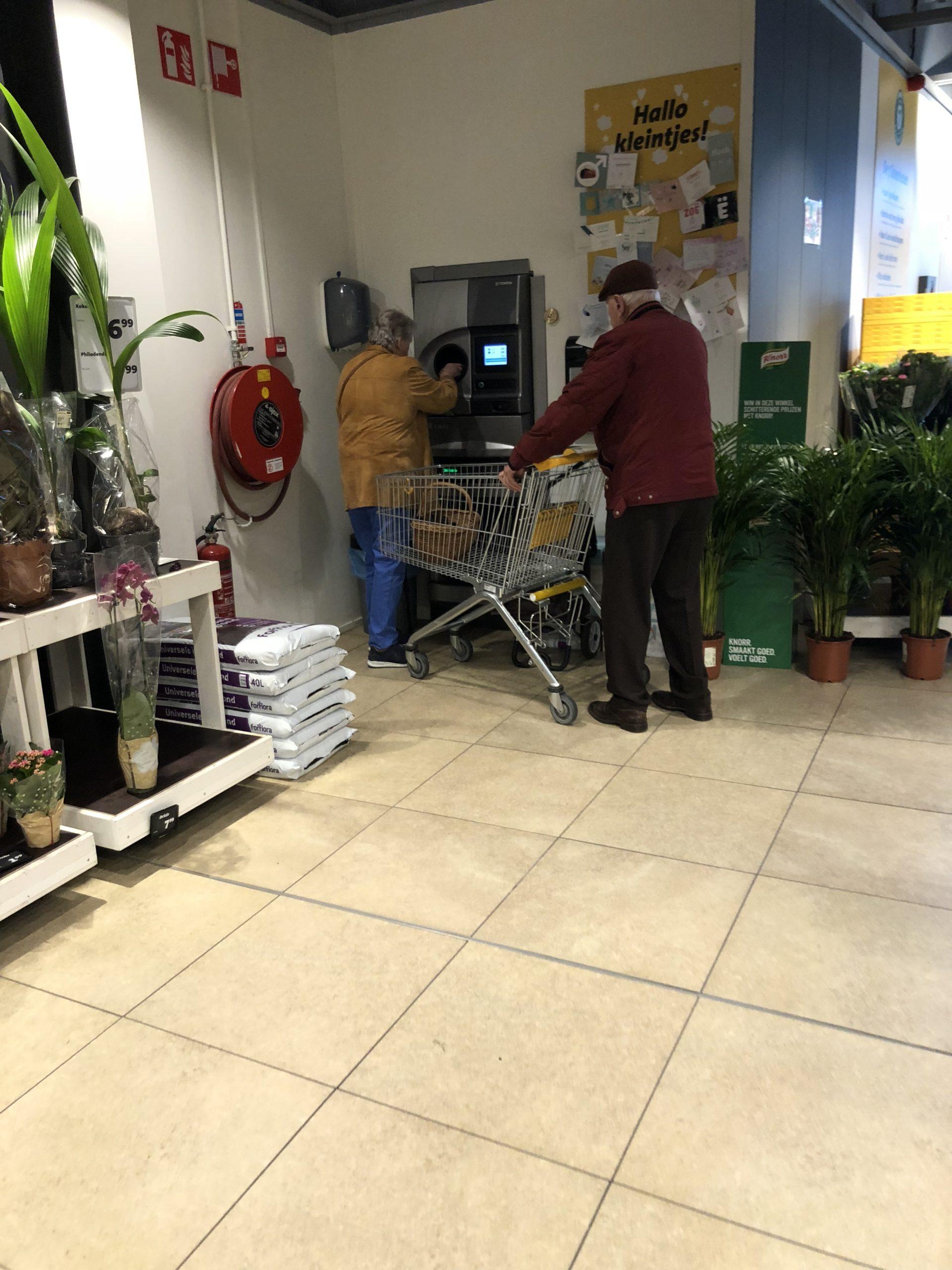 オランダマーストリヒトのスーパーでごみを捨てているおじいさんとおばあさん