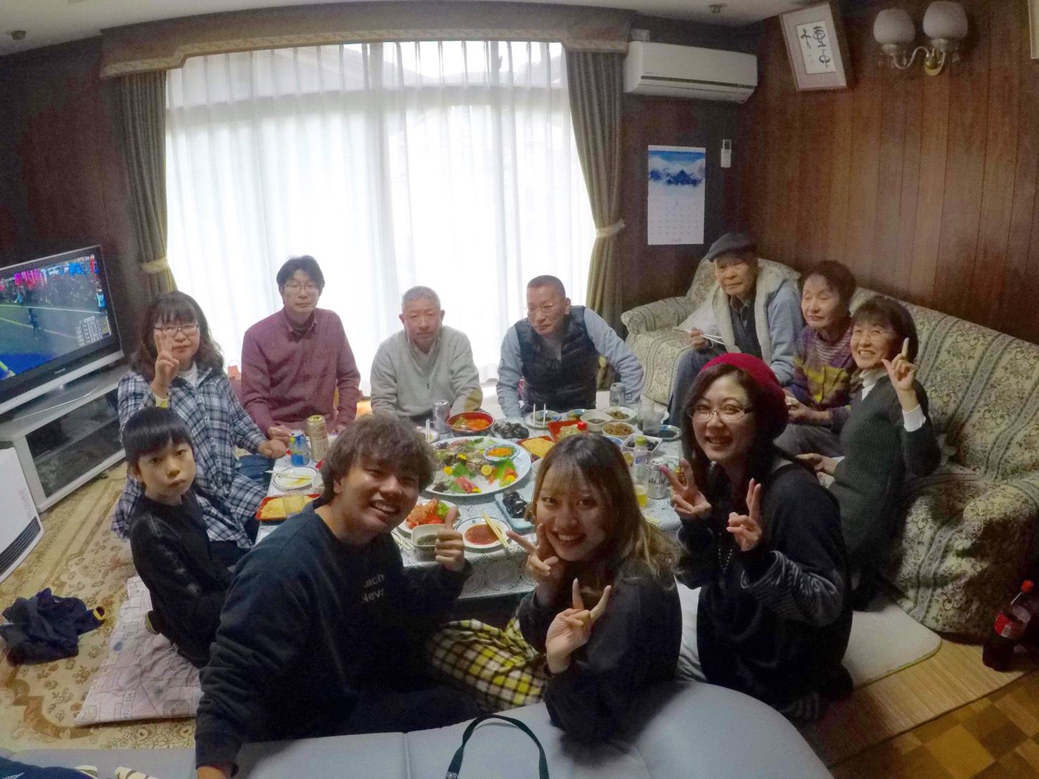 家族とごはんを食べてる写真